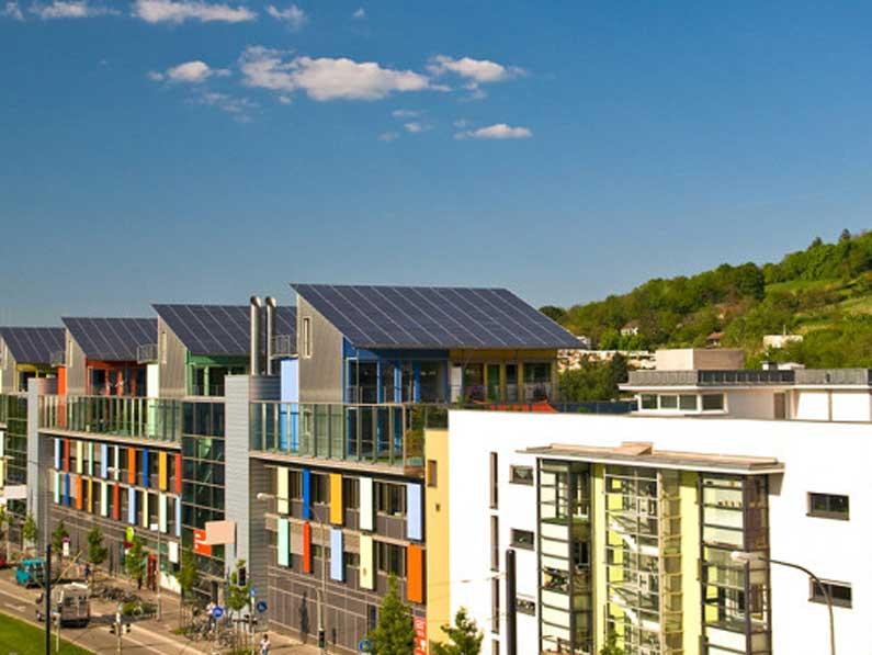 Instalar paneles solares en las viviendas habituales ahorraría 115.000 millones en 25 años