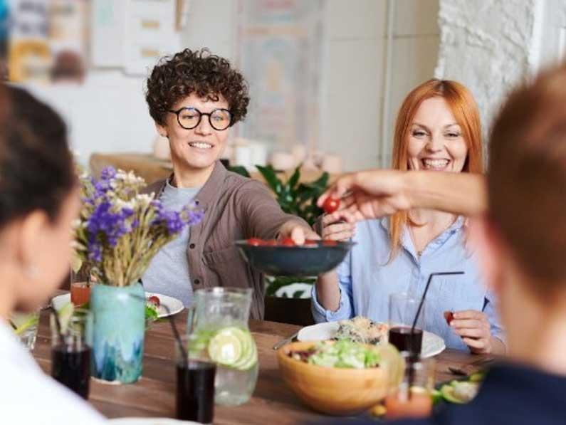 Compartir y disfrutar las comidas con seres queridos reduce la obesidad